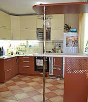Просторная Угловая кухня с отдельностоящей барной стойкой