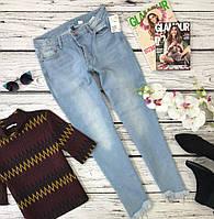 Модные джинсы mom jeans с легким вошингом и бахромой на штанинах  PN3660