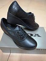 Женские кожаные туфли на невысокой танкетке МИДА 21870 черные.