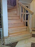 Полна обшивка деревом чернового каркаса лестницы с гнутыми балясинами