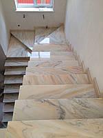 Лестница из розового мрамора