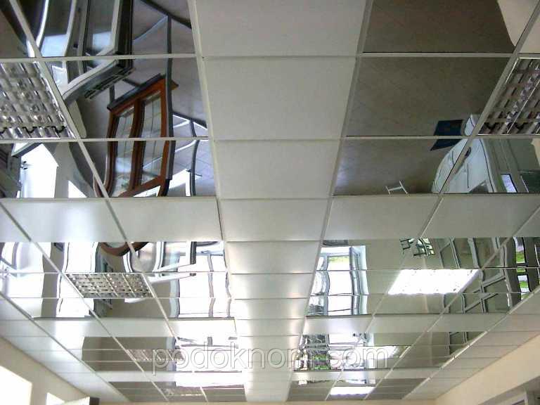 Подвесной потолок из металлических панелей. Зеркало