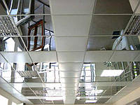 Подвесной потолок из металлических панелей. Зеркало, фото 1