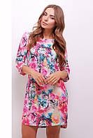 Розовое принтованное платье с разрезами на рукавах и снизу изделия