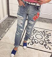 Женские рваные джинсы бойфренд с вышивкой