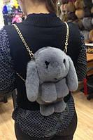 Меховая сумка-рюкзак в виде зайчика серая