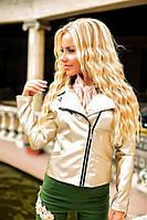Женская короткая кожаная куртка с нашивкой и бахромой на спине