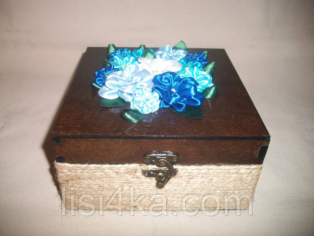 Авторская шкатулка с цветами из атласных лент синего цвета