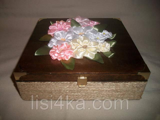 Авторская шкатулка с цветами из атласных лент в пастельных тонах