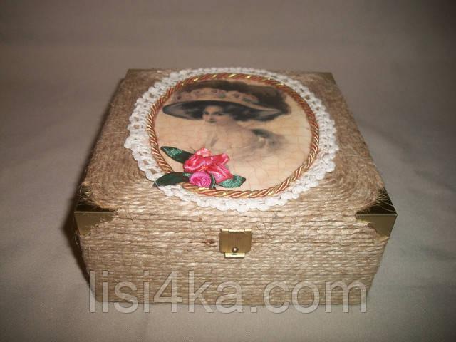 Авторская шкатулка с дамой и цветами из атласных лент