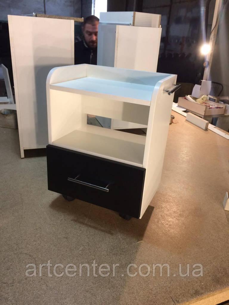 Тумба двухцветная передвижная с ящиком внизу и полочкой с бортиками