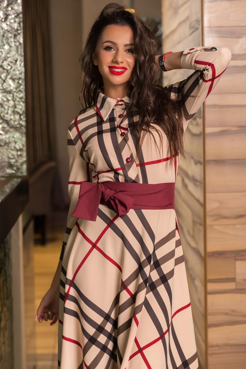 Платье приталенного силуэта с клешеной юбкой, декорировано оригинальным принтом в клетку.