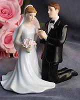 """Керамическая фигурка на свадебный торт """"Признание"""" жених на коленях перед невестой"""