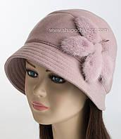 Женская шляпа с опущенными полями и меховым украшением.