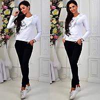 Женский комплект: белая блузка и черные штаны
