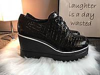 Женские чёрные туфли на танкетке