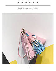 Мини сумочка треугольная на молнии, короткий ремешок, рисунки и кисточка- розовая 207-111, фото 3