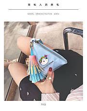 Мини сумочка треугольная на молнии, короткий ремешок, рисунки и кисточка- синяя 207-112, фото 2