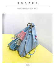 Мини сумочка треугольная на молнии, короткий ремешок, рисунки и кисточка- синяя 207-112, фото 3