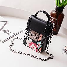 Мини сумочка на цепочке с металлической застежкой, заклепки и цветы - черная 207-71, фото 2