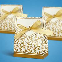 Бонбоньерки для гостей золотистыми узорами и атласным бантиком