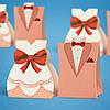 Бонбоньерки в виде платья и костюма нежно-кораллового цвета, оригинальные коробочки для конфет на свадьбе