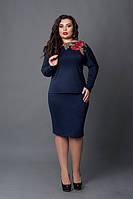 Классический синий женский костюм увеличенных размеров полу-приталенного силуэта с принтом вышитые маки