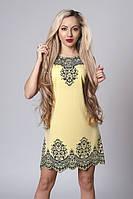 Красивое летнее платье желтого цвета с модным принтом