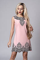 Летнее платье персикового цвета с камешками и красивым принтом