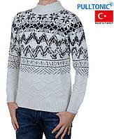 Теплый мужской свитер под горло.