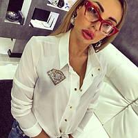 Женская белая рубашка на кнопках декорирована камнями Сваровски