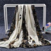 Стильный легкий женский шарф с принтом бежевого цвета