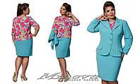 Деловой костюм тройка: юбка и пиджак однотонные и блуза в цветочный принт.