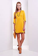 Стильное прямое платье выше колен с разрезами на рукавах и подоле цвет горчица