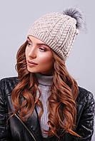Бежевая женская шапка, изготовленная из мягкой и приятной пряжи с пышным помпоном из искусственного меха