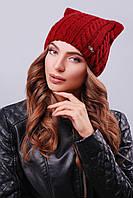 """Модная женская шапка """"кошка"""" с фурнитурой на левой стороне изделия бордового цвета"""