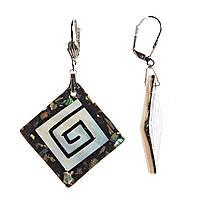 Серьги женские, подвески- ромбы черного цвета со спиралевидным элементом и осколками перламутра