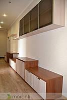 Гостиная с пеналами и местом для компьютера, фото 1