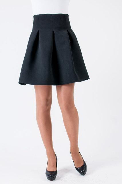 Молодёжная приталенная юбка чёрного цвета