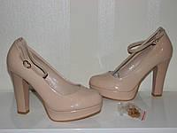 Молодежные нарядные бежевые туфли на высоком каблуке стрипе