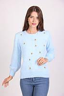 Стильная женская кофта украшена бусинами голубого цвета