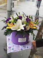 Красивый букет лилий в коробке