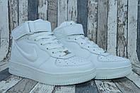 Белые женские высокие кожаные кроссовки Nike Air Force.