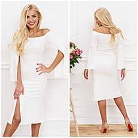 Белое женское платье с разрезом и рукавами
