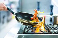 Готовим на чугунной сковороде, в первую очередь нужно прокалить сковороду.