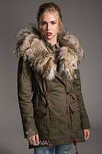 Зимняя женская парка прямого силуэта с несъемным капюшоном  опушка из натурального кайота П-2 Хаки