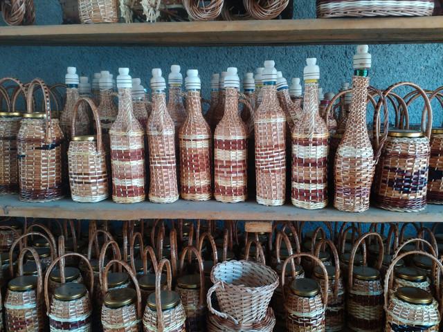 Плетеные бутылки и бутыли, плетеные банки, бутылки из камня