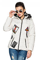 Белая женская стеганая стильная демисезонная короткая куртка с нашивками и капюшоном. Арт-2356/61