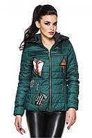 Изумрудная женская стеганая стильная демисезонная короткая куртка с нашивками и капюшоном. Арт-2356/61