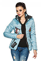 Голубая женская стеганая стильная демисезонная короткая куртка с нашивками и капюшоном. Арт-2356/61